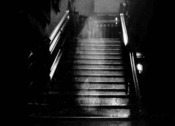 Telecamere in casa per riprendere i fantasmi: scopre la compagna a letto con il figlio