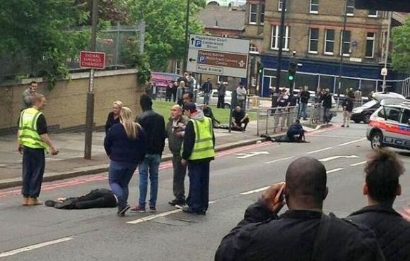 Londra, soldato ucciso a colpi di machete, si batte la pista del terrorismo islamico