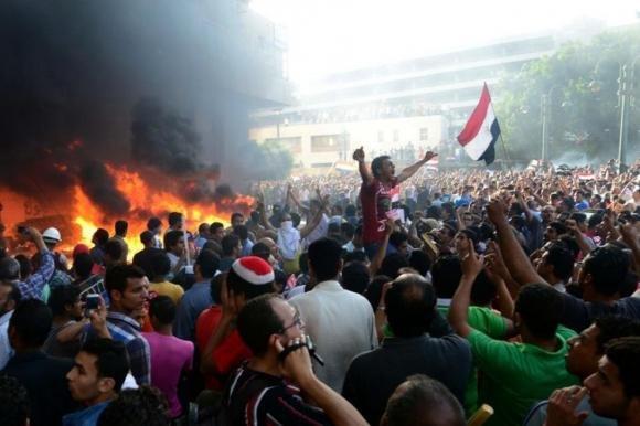 Egitto, Mohamed Morsi resiste. Nella notte 16 morti negli scontri