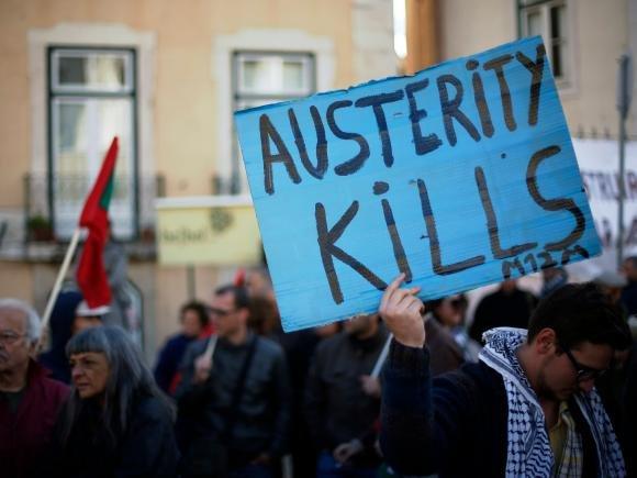 """Uno striscione vola sulle spiagge: """"L'Euro versa sangue italiano"""""""