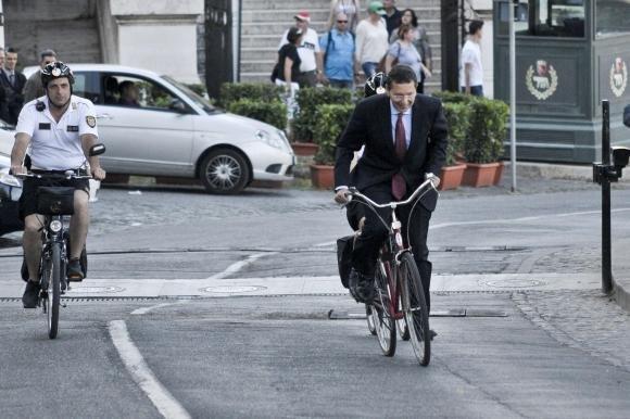 Roma, Ignazio Marino in bicicletta con la scorta