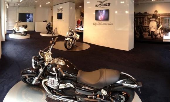 Vespa 946 e Moto Guzzi California 1400 allo Spazio Broletto, Milano
