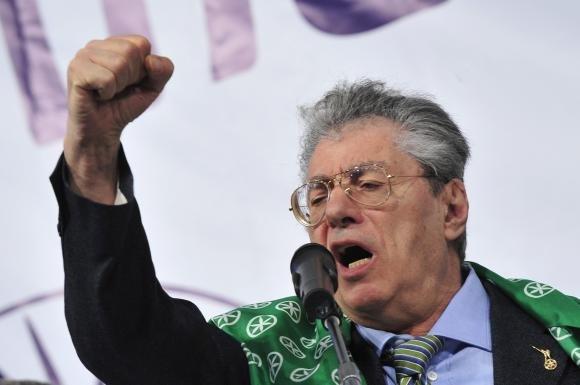 """Umberto Bossi contro il ministro Kyenge: """"Il Paese ne ha pieni i co…"""""""