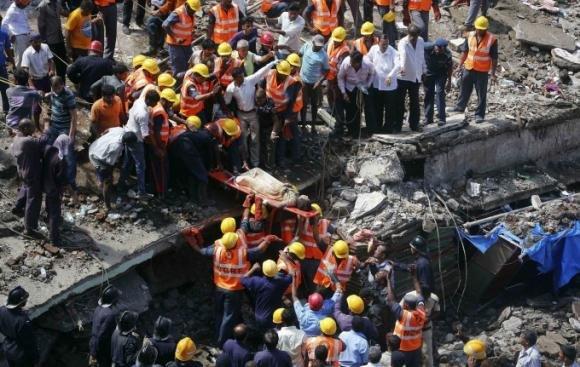 Mumbai: crolla un edificio, sotto le macerie decine di persone