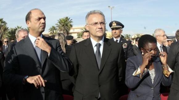 Angelino Alfano contestato alla cerimonia per le vittime di Lampedusa