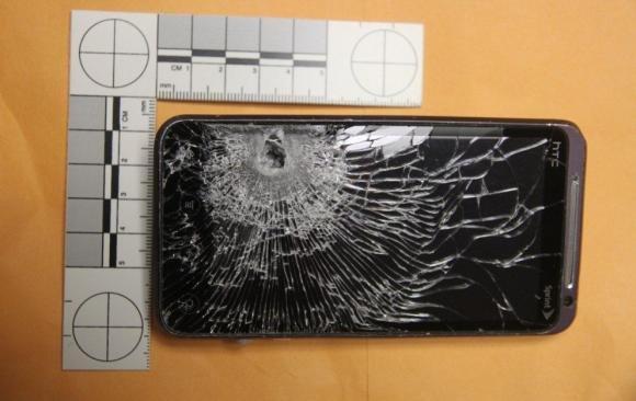 Usa: gli sparano al cuore, lo smartphone nel taschino blocca il proiettile