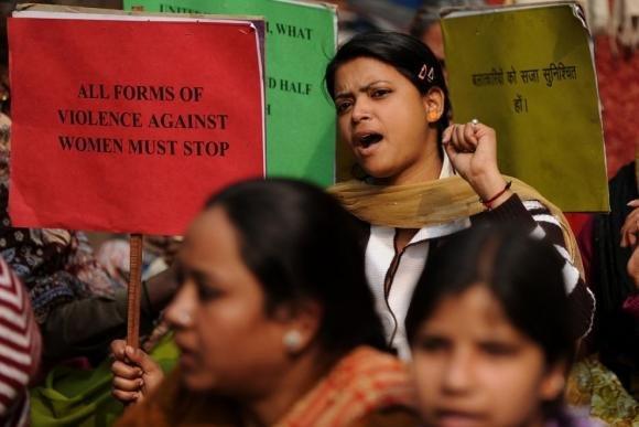 India, la donna stuprata dai colleghi si dà fuoco