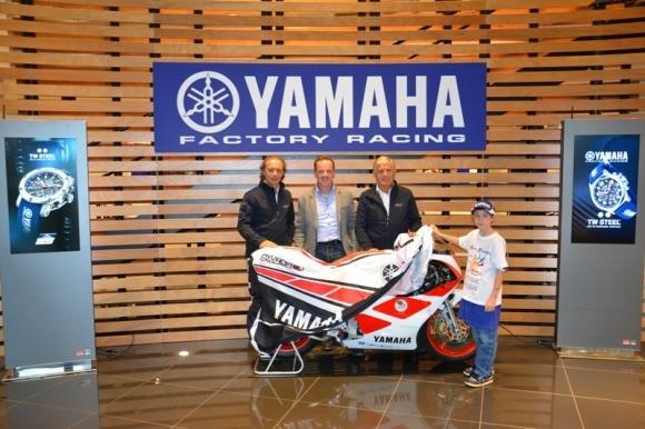 """Agostini e Cadalora consegnano lo speciale Yamaha TZ-250 """"benefico"""""""