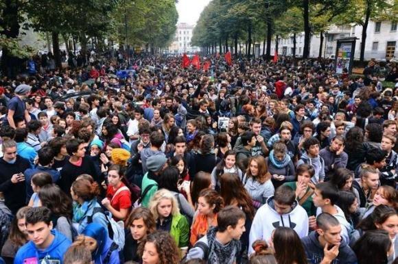 Gli studenti in piazza per protestare contro il Decreto Scuola