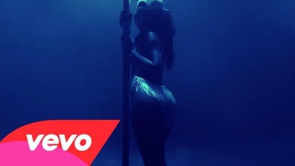 """Rihanna, """"Pour it up"""" e il potere del cash"""