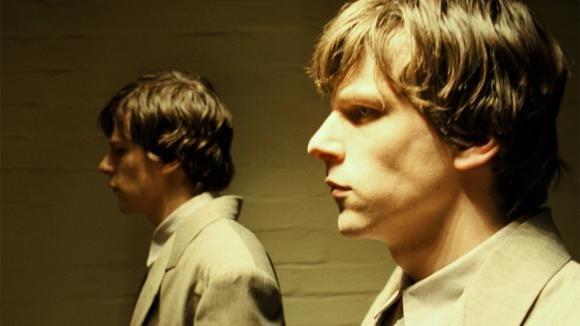 The Double: trailer del film con Jesse Eisenberg e Mia Wasikowska