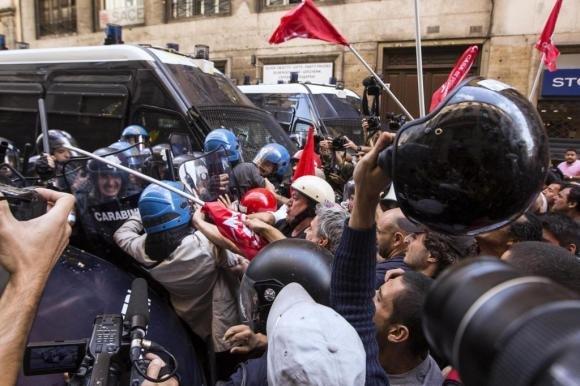 Movimenti per la casa in piazza a Roma, scontri con la polizia