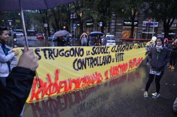 """Studenti in piazza in tutta Italia: """"Ci rubano il futuro"""""""