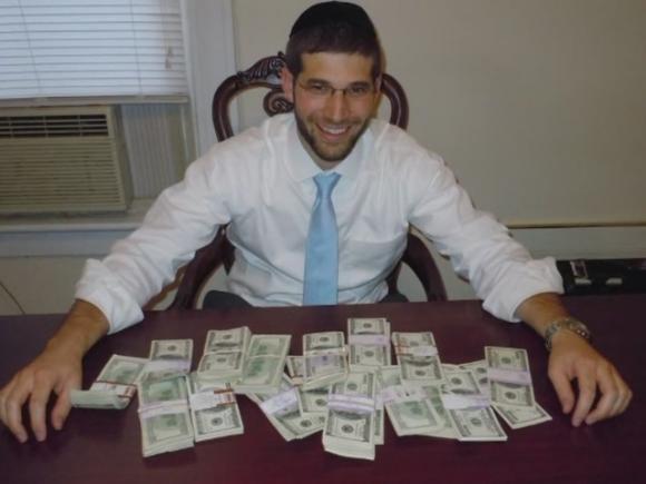 Trova 98mila dollari nella scrivania comprata su internet: li restituisce