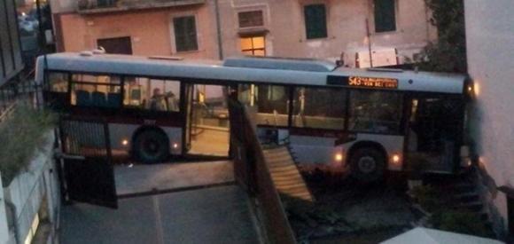 Bus impazzito entra in una casa di Roma senza bussare