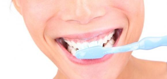 Donna soffre di orgasmi provocati da dentifricio e spazzolino lavandosi i denti
