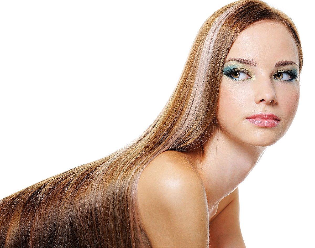 Donna cinese utilizza i capelli per creare soprabito e ...