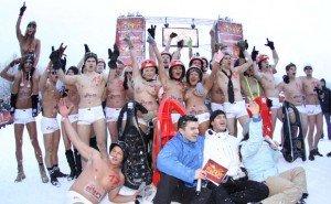 Le gare di slittino in topless si corrono in Germania