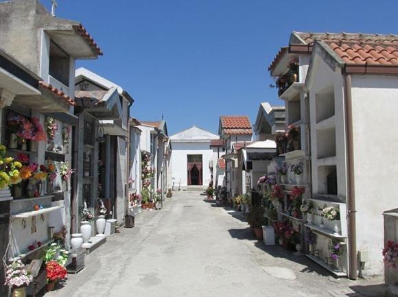 Cimitero di Maddaloni: scandalo tra le salme