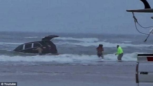 Daytona Beach: scioccante salvataggio in mare (Video)