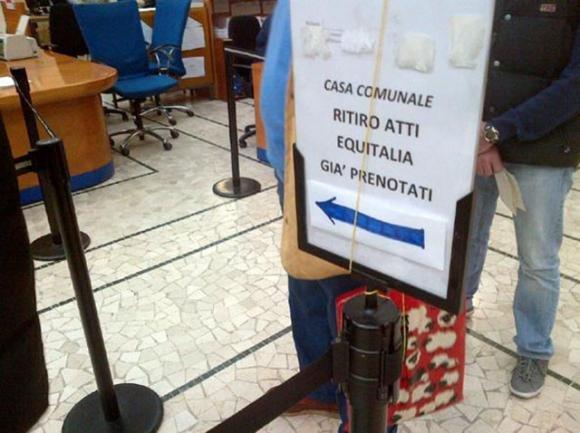 Equitalia: beffa delle cartelle esattoriali. Cittadini in fila per sapere quanto pagare