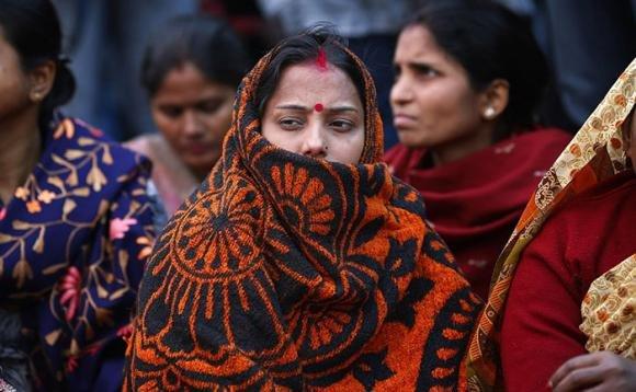 Ragazza indiana rifiuta di prostituirsi. Le tagliano i seni con un coltello
