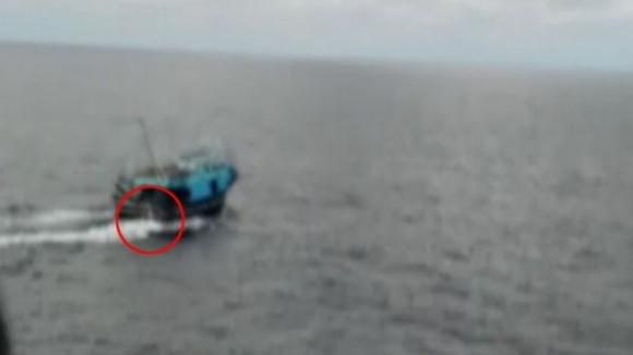 Mitragliate al barcone degli scafisti. La Marina ammette di aver sparato