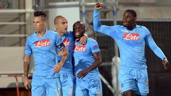 Il Napoli supera il Catania con un 4-2 e non molla la Roma