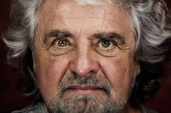 L'ultima provocazione di Beppe Grillo: profana la memoria delle vittime di Auschwitz