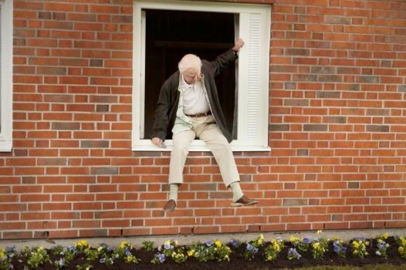 Il centenario che saltò dalla finestra e scomparve. Nei cinema