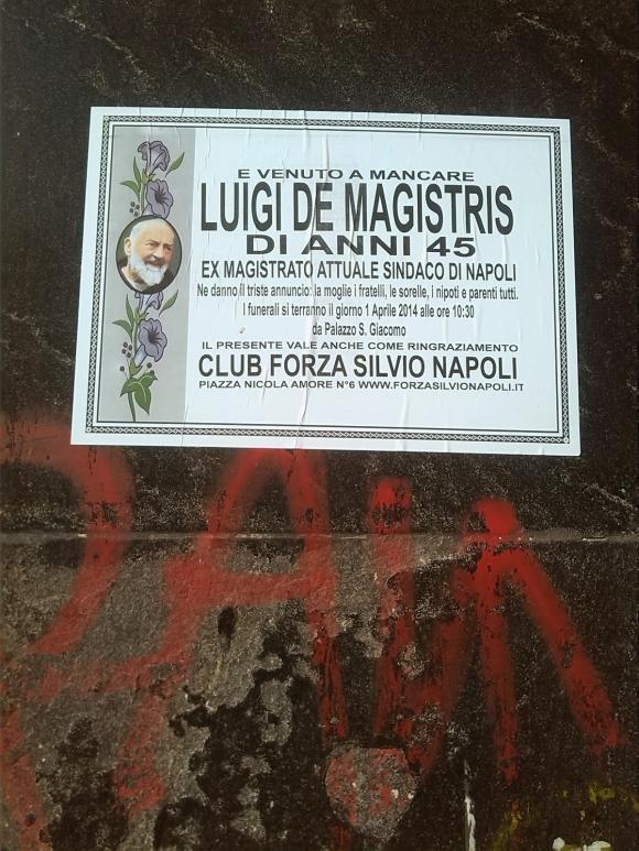 Pesce d'aprile: muore il sindaco di Napoli, città piena di manifesti