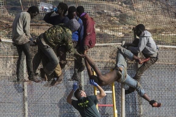 Melilla: migliaia di immigrati cercano di superare il confine verso l'Europa