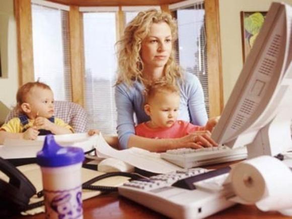 Lo Stato offre un bonus di 300 euro alle mamme lavoratrici per baby sitter e asilo. Ma loro non lo sanno