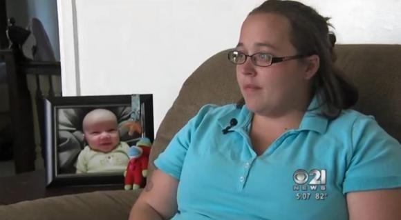 Le rubano la borsa con le uniche foto del figlio, ma gliela restituiscono vedendo la sua disperazione