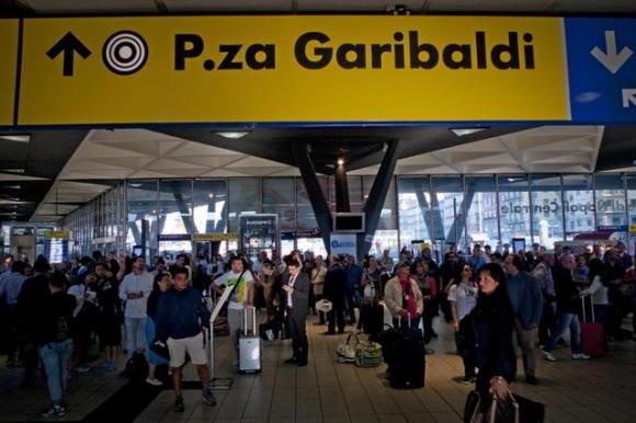 Allarme fumo alla stazione centrale di Napoli. Treni fermi e caos