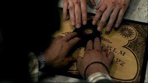"""Usano una Tavola Ouija e finiscono in ospedale """"posseduti"""" da Spiriti Maligni"""