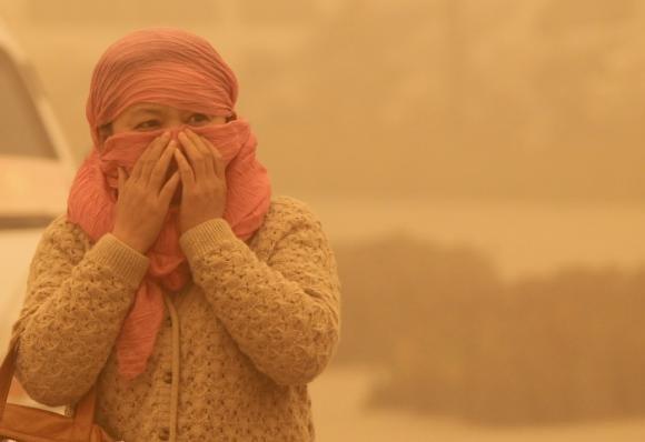 Tempesta di sabbia in Cina, paura in un'intera città