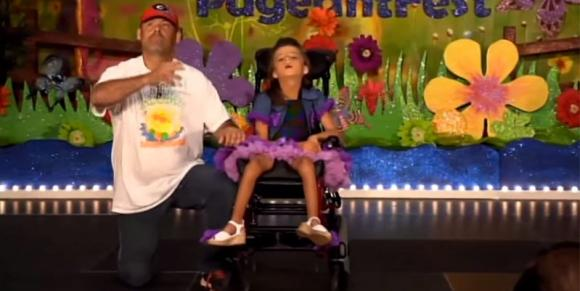 Balla con la figlia disabile, il regalo del padre riempie il cuore di Kenzie