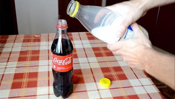 Ecco cosa succede se mischiate Coca Cola e latte