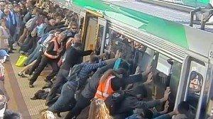 Australia: pendolari liberano un uomo intrappolato sotto il treno