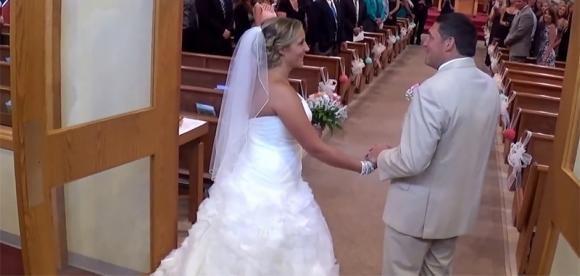 Un padre canta al matrimonio della figlia. Il risultato è incredibile