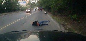 Una ragazza si addormenta sul suo scooter e si schianta contro il tir. Miracolosamente ne esce viva