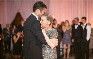 Mamma malata di cancro balla con il figlio al suo matrimonio. Dopo tre giorni muore