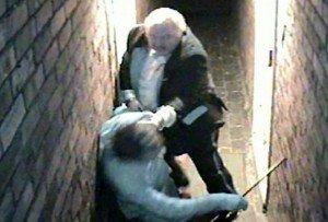 Inghilterra: torna a casa e trova i ladri. Nonno eroe li caccia fuori a pugni