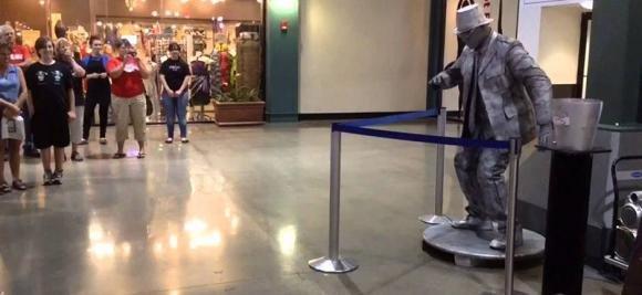 Un bambino sfida un artista di strada in una gara di ballo. Il risultato è straordinario