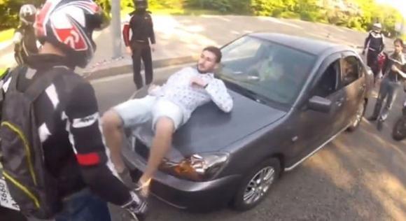 Un automobilista viene accerchiato da alcune moto e costretto a scendere. Quello che succede dopo è incredibile