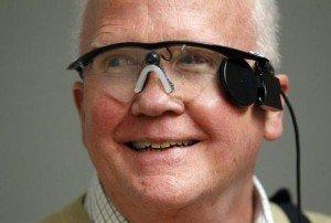 Cieco da 33 anni torna a vedere grazie ad un occhio bionico. La sua reazione sta commuovendo il web