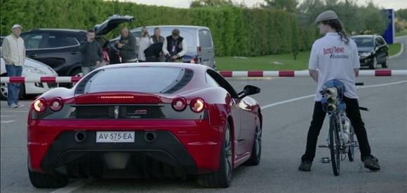 Gara di velocità: Una bicicletta batte una Ferrari 430 a 333 km/h