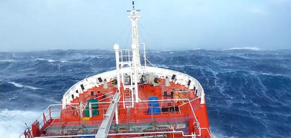 Ecco cosa si prova su una nave con il mare in tempesta