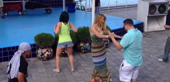 Questa ragazza balla la samba in maniera molto provocante e scatena una rissa